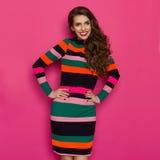 Szczęśliwa Kolorowa kobieta Na Różowym tle Fotografia Royalty Free