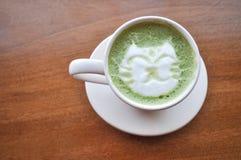 Szczęśliwa kota latte zielona herbata Obrazy Stock