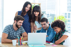 Szczęśliwa kreatywnie biznes drużyna zbierał wokoło laptopu Obrazy Royalty Free