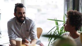 Szczęśliwa kreatywnie drużyna opowiada w biurze z kawą zbiory