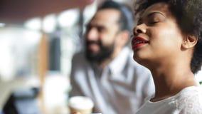 Szczęśliwa kreatywnie drużyna pije kawę w biurze zbiory wideo