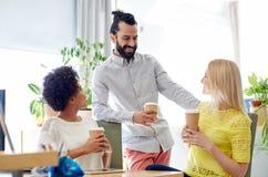 Szczęśliwa kreatywnie drużyna pije kawę w biurze Fotografia Stock