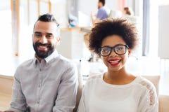 Szczęśliwa kreatywnie drużyna w biurze fotografia stock