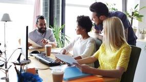 Szczęśliwa kreatywnie drużyna z komputerami w biurze zbiory