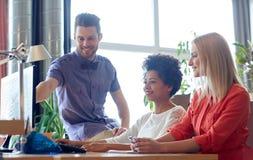 Szczęśliwa kreatywnie drużyna z komputerem w biurze Zdjęcie Stock