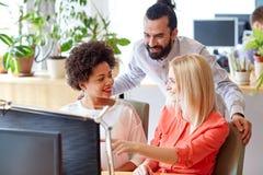 Szczęśliwa kreatywnie drużyna z komputerem w biurze Zdjęcia Stock