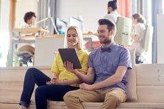Szczęśliwa kreatywnie drużyna z pastylka komputerem osobistym w biurze Zdjęcie Royalty Free