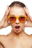 Szczęśliwa krzycząca nastoletnia dziewczyna w cieniach Zdjęcia Stock