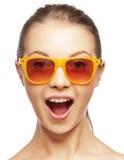 Szczęśliwa krzycząca nastoletnia dziewczyna w cieniach Obraz Royalty Free