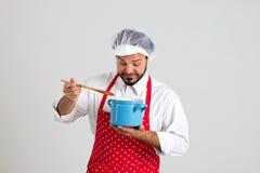 Szczęśliwa kuchenka jest Smacznym polewką Obrazy Royalty Free
