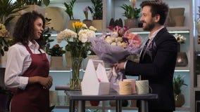 Szczęśliwa kwiaciarnia daje kwiecistemu przygotowania klient zbiory wideo