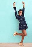 Szczęśliwa lato amerykanina afrykańskiego pochodzenia kobieta