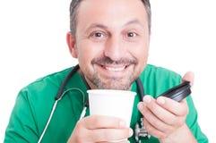 Szczęśliwa lekarka cieszy się świeżą kawę Zdjęcie Royalty Free