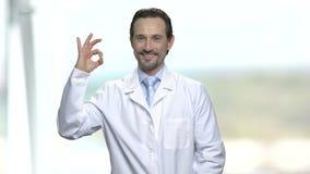 Szczęśliwa lekarka lub naukowiec pokazuje ok znaka zbiory wideo