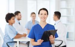 Szczęśliwa lekarka nad grupą studenci medycyny przy szpitalem Fotografia Royalty Free