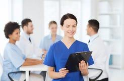 Szczęśliwa lekarka nad grupą studenci medycyny przy szpitalem obraz royalty free