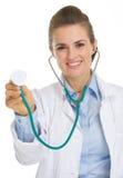 Szczęśliwa lekarz medycyny kobieta używa stetoskop Zdjęcia Stock