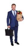 Szczęśliwa mężczyzna chwyta torba z zdrowym jedzeniem, sklep spożywczy nabywca odizolowywająca obraz royalty free