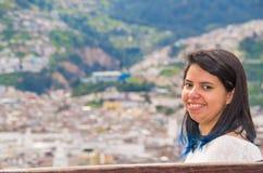 Szczęśliwa młoda łacińska dziewczyna z włosianą ` s purpurową niską częścią jest uśmiechnięta, portret Obraz Stock