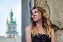 Szczęśliwa młoda ładna blondynki dziewczyna z długie włosy pozycją przy starą rujnującą forteczną kamienną ścianą, lato słoneczny Fotografia Royalty Free