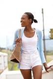 Szczęśliwa młoda afrykańska dama chodzi outdoors Zdjęcie Royalty Free
