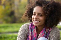Szczęśliwa młoda amerykanin afrykańskiego pochodzenia kobieta ono uśmiecha się outdoors Obrazy Stock