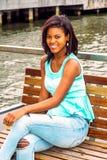 Szczęśliwa Młoda amerykanin afrykańskiego pochodzenia kobieta relaksuje rzeką w Nowy Jork Zdjęcia Royalty Free