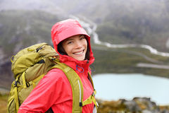 Szczęśliwa młoda azjatykcia wycieczkowicz kobieta wycieczkuje portret Zdjęcie Stock