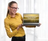 Szczęśliwa młoda biznesowa kobieta. Ogólnospołeczny medialny pojęcie obrazy stock