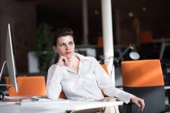 Szczęśliwa młoda biznesowa kobieta relaksuje insiration i dostaje Zdjęcia Stock