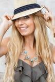 Szczęśliwa młoda blondynki kobieta z kapeluszowym plenerowym latem obrazy stock