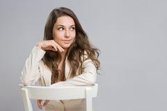 Szczęśliwa młoda brunetki kobieta. fotografia stock