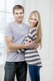 Szczęśliwa młoda caucasian para ściska indoors Zdjęcie Stock