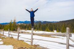 Szczęśliwa młoda chłopiec podziwia pięknego dolinnego widok w zimie na górze góry z śniegiem zakrywał drzewa obrazy royalty free