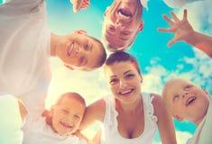 Szczęśliwa młoda duża rodzina ma zabawę wpólnie Obrazy Stock