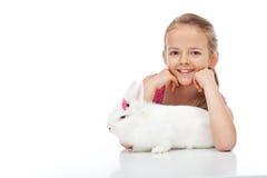 Szczęśliwa młoda dziewczyna i jej gderliwy biały królik fotografia stock