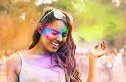 Szczęśliwa młoda dziewczyna na holi koloru festiwalu fotografia royalty free