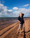 Szczęśliwa młoda dziewczyna na plaży zdjęcie royalty free