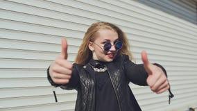 Szczęśliwa młoda dziewczyna pokazuje aprobaty Ręka gest jest super Tło białe horyzontalne toczne żaluzje zbiory wideo