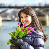 Szczęśliwa młoda dziewczyna w Paryż z tulipanami Zdjęcie Stock