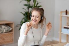 Szczęśliwa młoda dziewczyna w słuchawki słucha muzyczny taniec obrazy royalty free