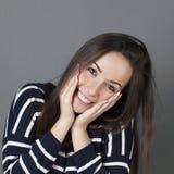 Szczęśliwa młoda dziewczyna wyraża zdumienie Zdjęcia Stock