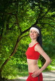 Szczęśliwa młoda kobieta ćwiczy outdoors Fotografia Stock