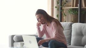 Szczęśliwa młoda kobieta śmia się patrzejący laptopu ekranu dopatrywania komedię zdjęcie wideo