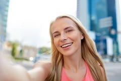 Szczęśliwa młoda kobieta bierze selfie na miasto ulicie obraz royalty free