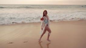 Szczęśliwa młoda kobieta cieszy się relaksować na oceanie, zwolnione tempo zdjęcie wideo