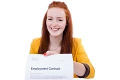 Szczęśliwa młoda kobieta jest szczęśliwa o jej zatrudnieniowym kontrakcie Obrazy Royalty Free