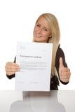 Szczęśliwa młoda kobieta jest szczęśliwa o jej zatrudnieniowym kontrakcie Zdjęcia Stock