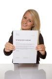 Szczęśliwa młoda kobieta jest szczęśliwa o jej zatrudnieniowym kontrakcie Zdjęcie Stock