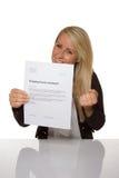 Szczęśliwa młoda kobieta jest szczęśliwa o jej zatrudnieniowym kontrakcie Obraz Stock